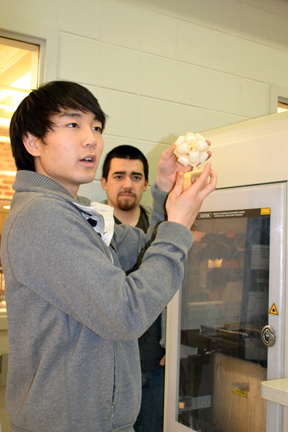 MechSE grad students conduct tour of Ford Lab.