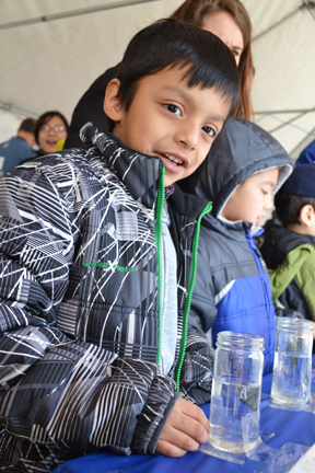 Youngster at Naturally Illinois Expo learns about hidden minerals in Illinois water.